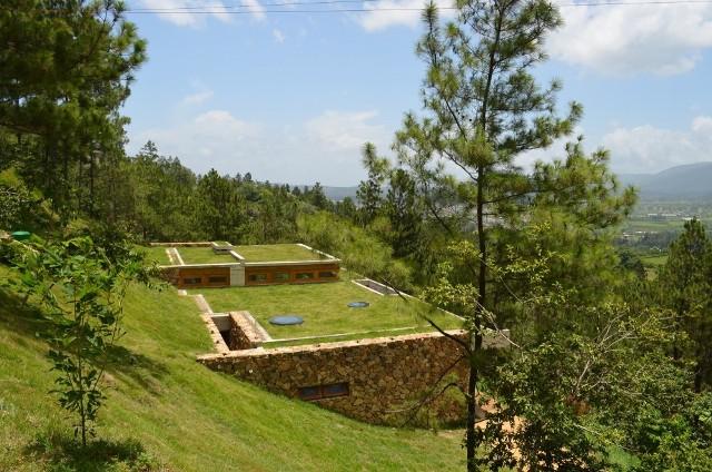en rpublique dominicaine dans un environnement bois les architectes de lagence vasho ont livr en 2013 une maison qui se greffe la colline